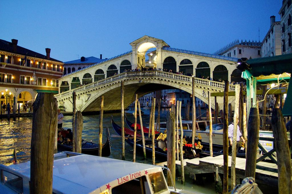 No. 61/Minggu, 15 Juni 2014/Tahun I Rialto Bridge at Night by Artur